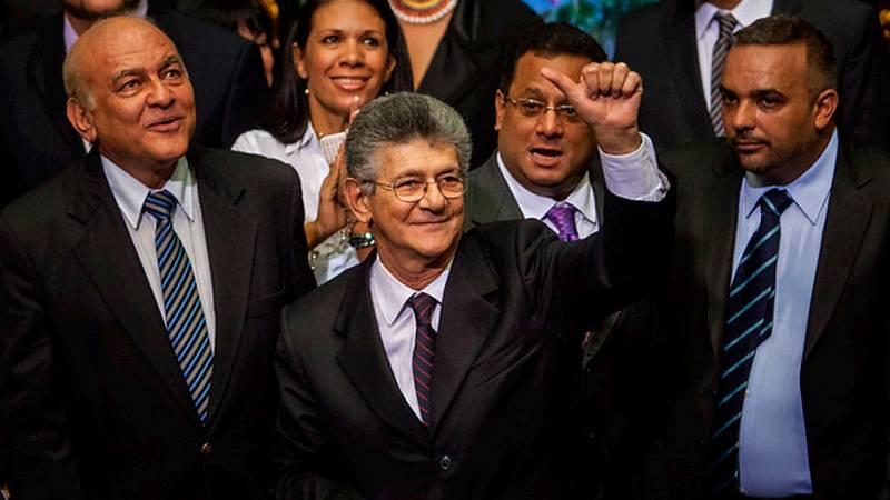 Se constituye el nuevo Parlamento de Venezuela con mayoría opositora y el abandono de los diputados chavistas