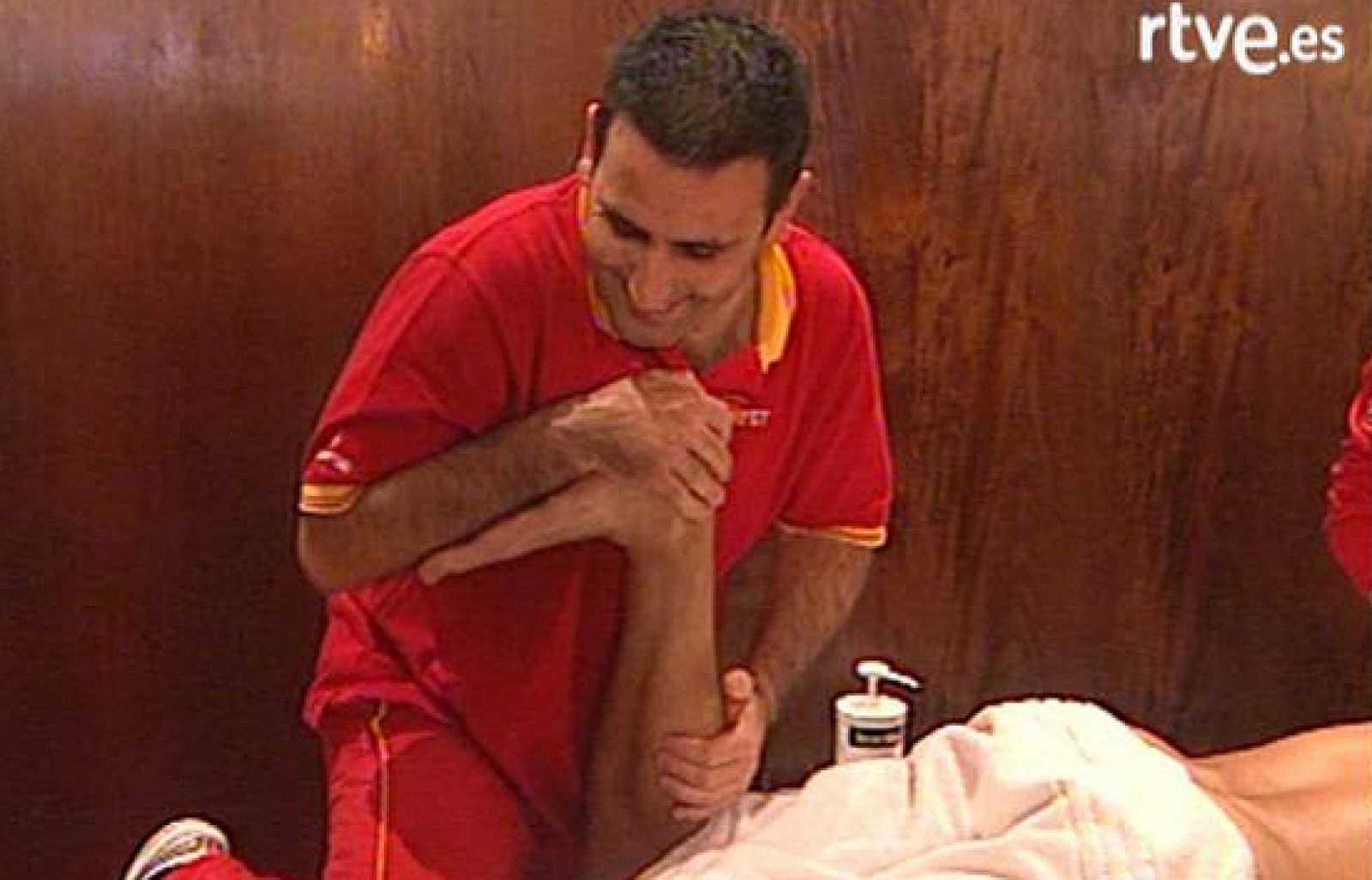 Los fisios de los españoles, Julián Casanova y Luís Vadal, son los encargados de cuidar al equipo de la Davis a cuatro días para la final ante Argentina.