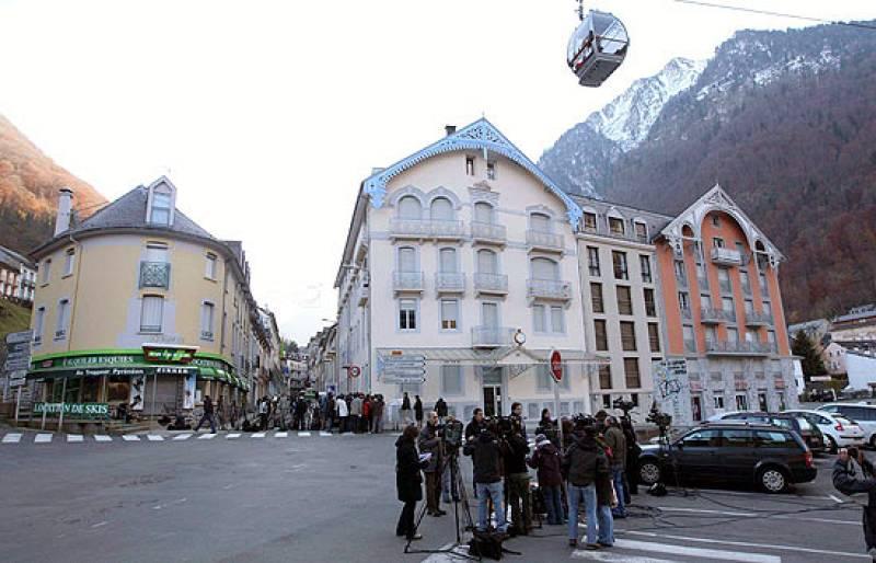 Las fuerzas de seguridad francesas sacan a 'Txeroki' de la casa en la que ha sido detenido en Cauterets, al sur de Francia.