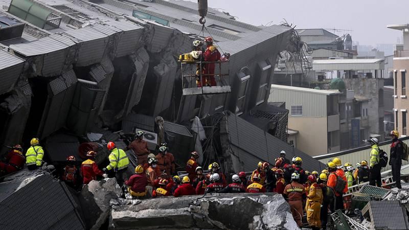 Al menos siete muertos por el derrumbe de edificios tras un terremoto en Taiwán