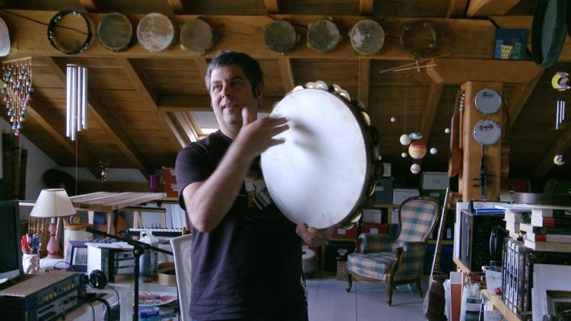 Kepa Junkera enseña su colección de instrumentos
