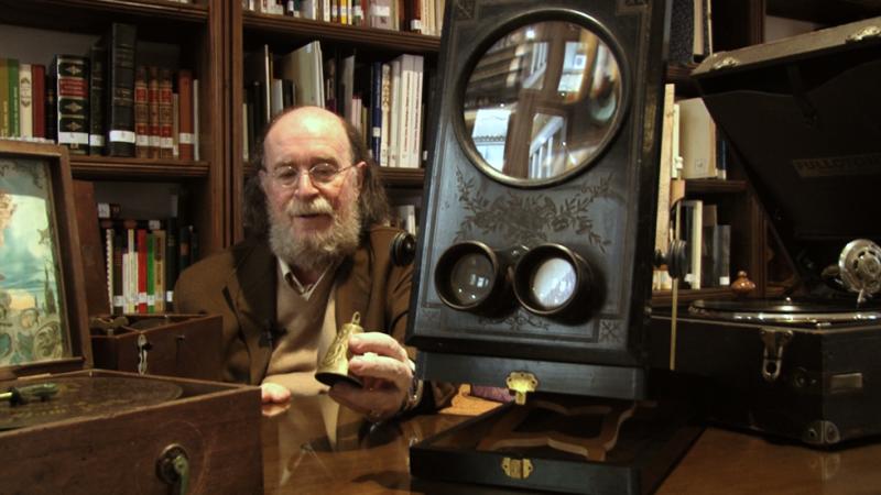 Joaquín Díaz muestra una caja de música