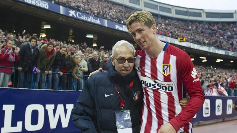 Fernando Torres homenajea a Manolo Briñas en su gol número 100