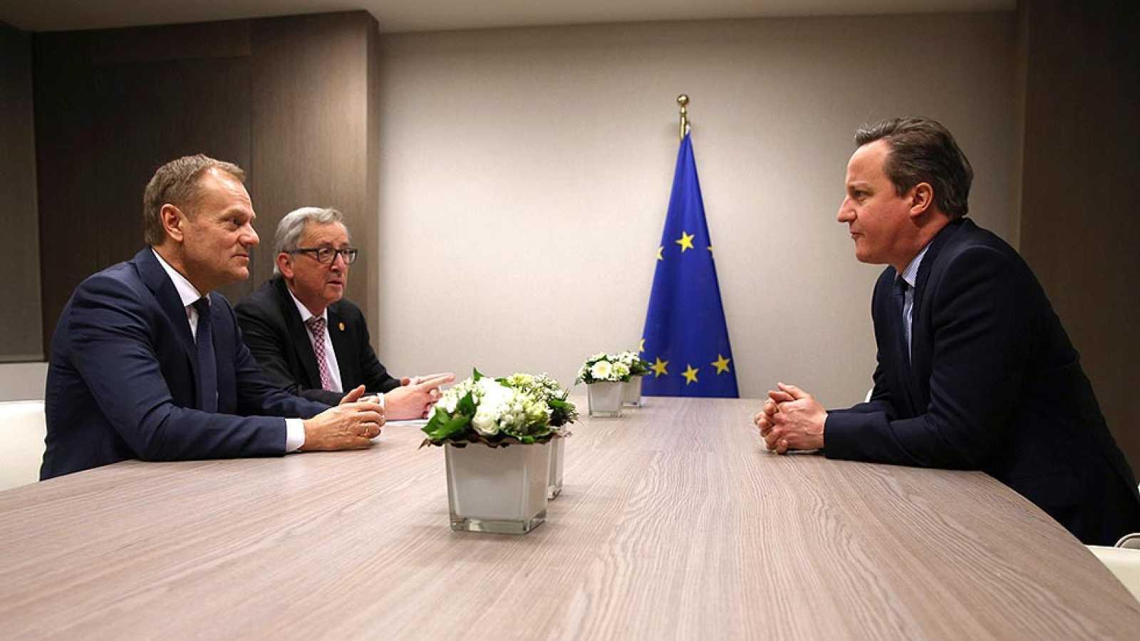 """Tusk asegura que todavía queda """"mucho por hacer"""" para evitar el 'brexit' y Cameron pide un """"acuerdo creíble"""""""