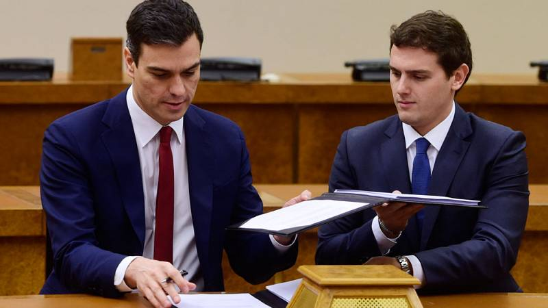 PSOE y Ciudadanos firman un pacto con un centenar de medidas para dar el 'sí' a la investidura de Sánchez