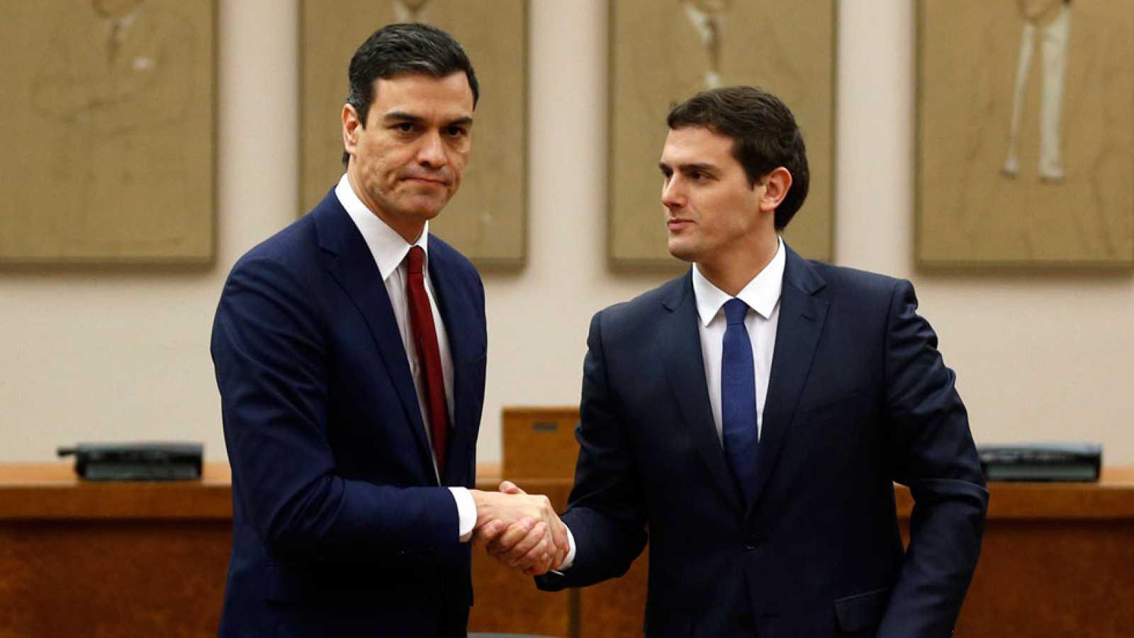 Pedro Sánchez y Albert Rivera firman en el Congreso el pacto de investidura