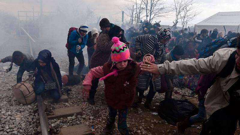 La policía de Macedonia usa gases lacrimógenos para dispersar a cientos de inmigrantes
