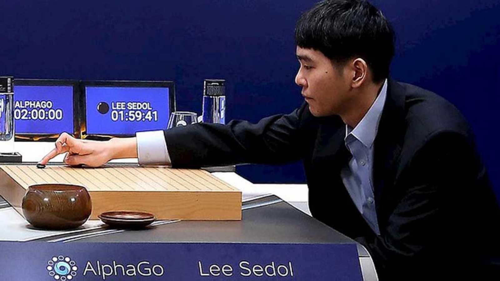 """El programa de inteligencia artificial AlphaGo de Google venció hoy al surcoreano Lee Se-dol, campeón mundial del juego de estrategia """"go"""", en la primera de las cinco partidas de máquina contra humano en el conocido como """"ajedrez oriental"""".La poderos"""