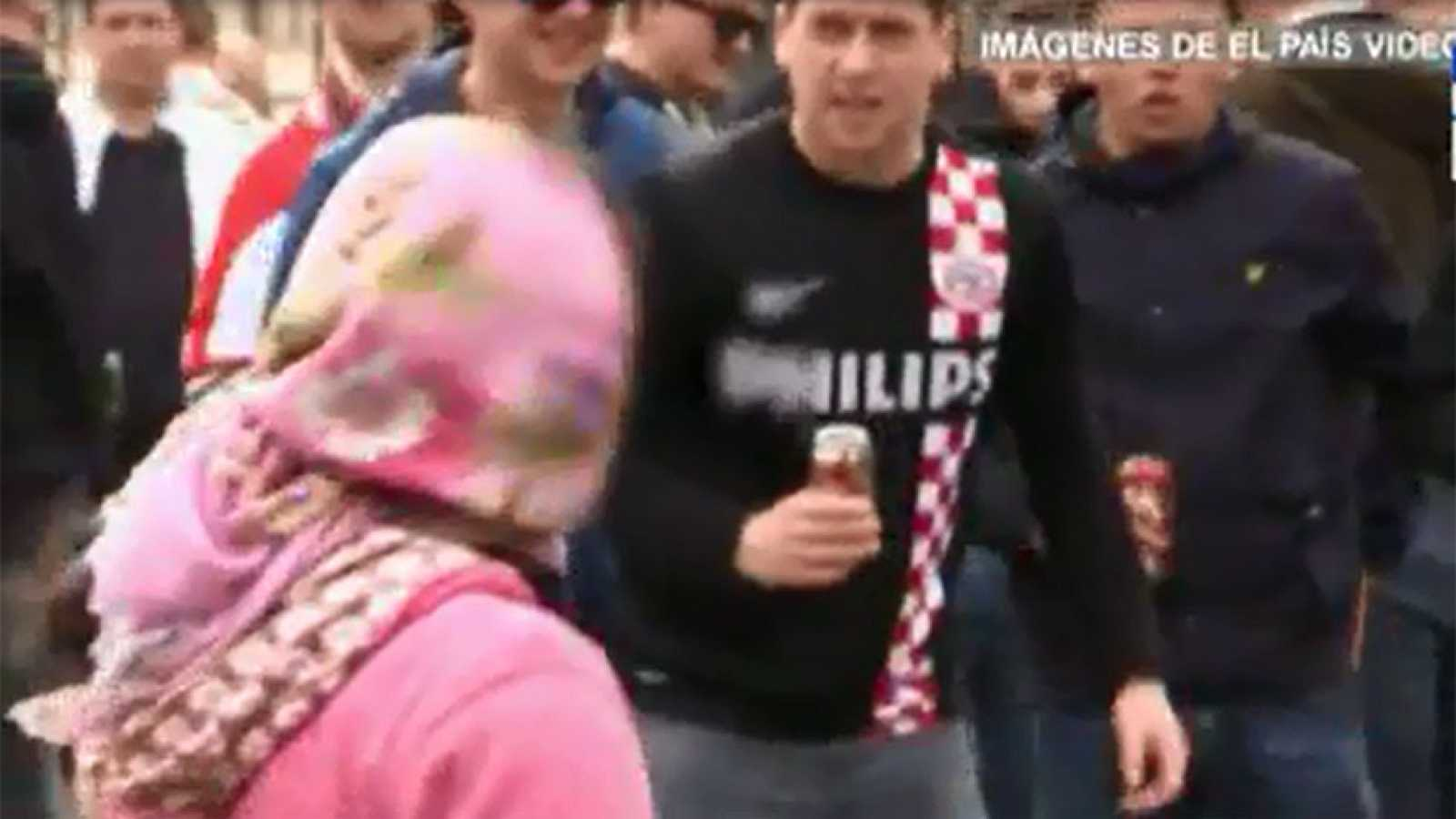 Un grupo de aficionados del PSV humilla a unas indigentes rumanas en el centro de Madrid