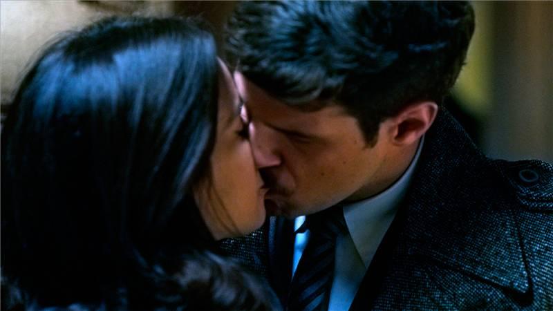 El Caso. Crónica de sucesos - Montenegro besa a Clara
