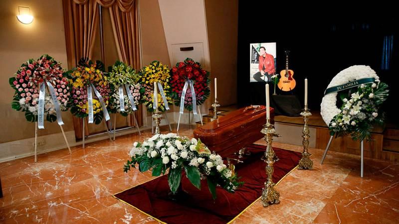 Admiradores y compañeros del mundo de la música despiden a Manolo Tena en la sede de la SGAE