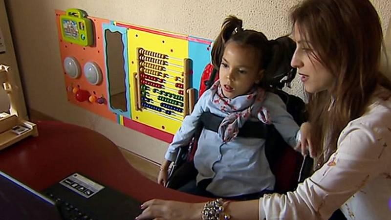Una niña con parálisis cerebral habla con sus ojos gracias a un programa informático