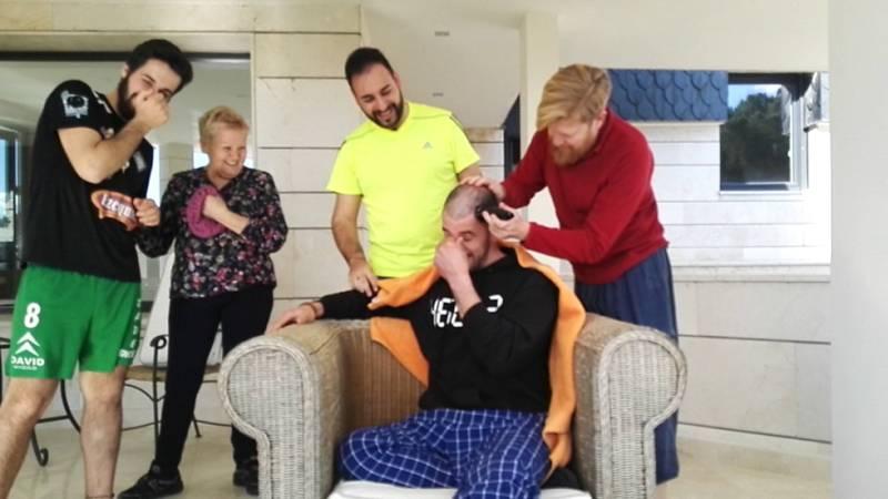 MasterChef 4 - Ángel cumple su promesa y se rapa la cabeza