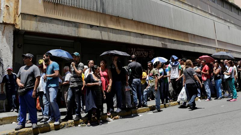 Miles de venezolanos firman en favor de un referéndum que revoque el mandato de Maduro