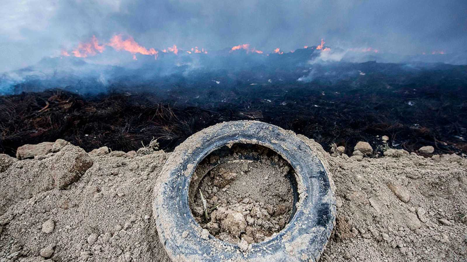 Continúa la extinción del incendio de Seseña, donde los vecinos retrasan su regreso por el humo