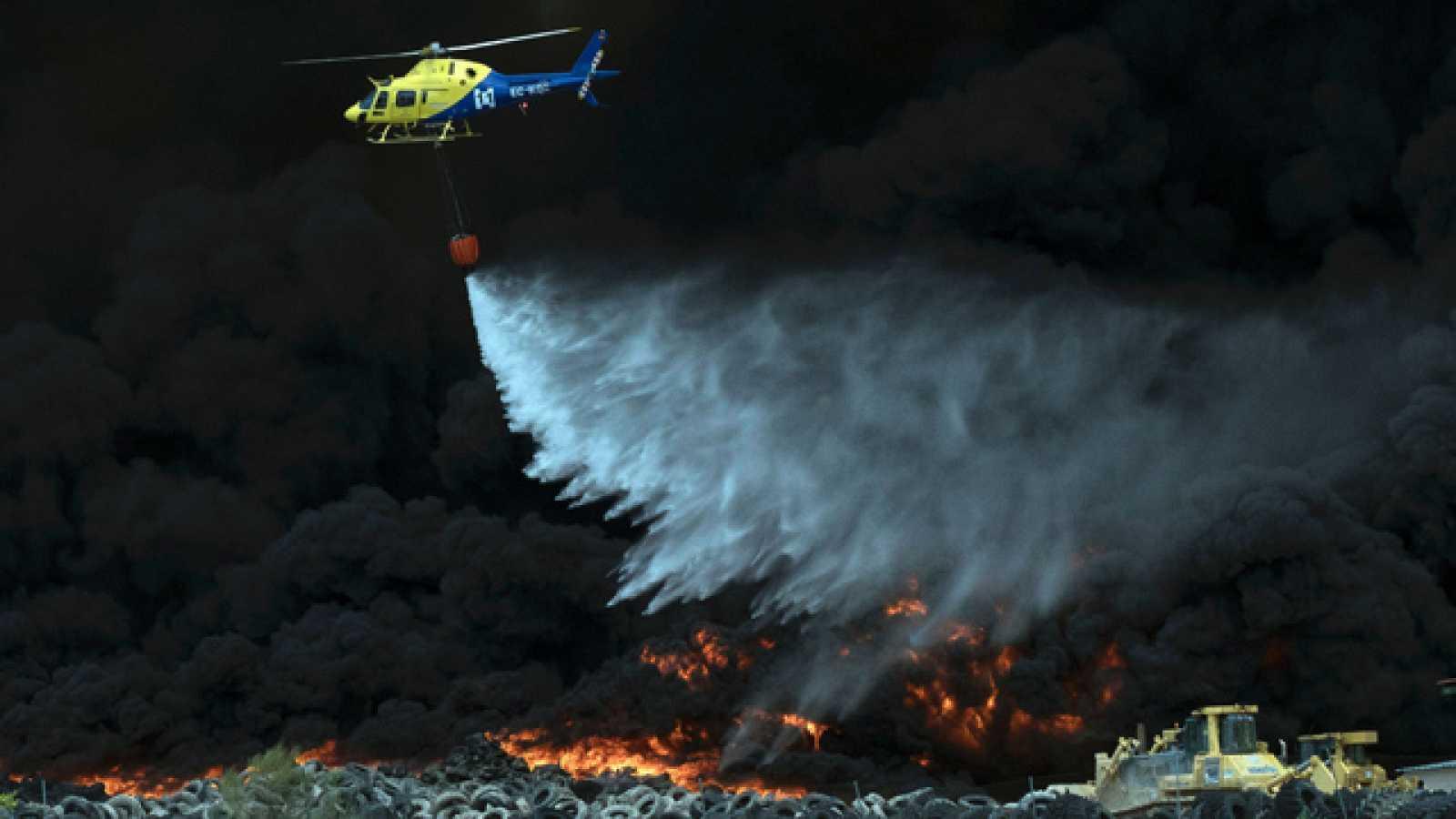 Castilla-La Mancha y Madrid calculan dos semanas para extinguir el incendio de Seseña