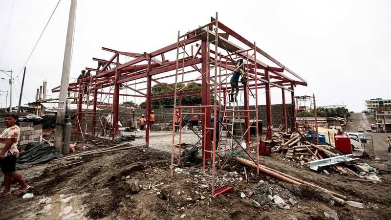 Las tareas de desescombro y reconstrucción tras el terremoto de Ecuador continúan de manera lenta y complicada