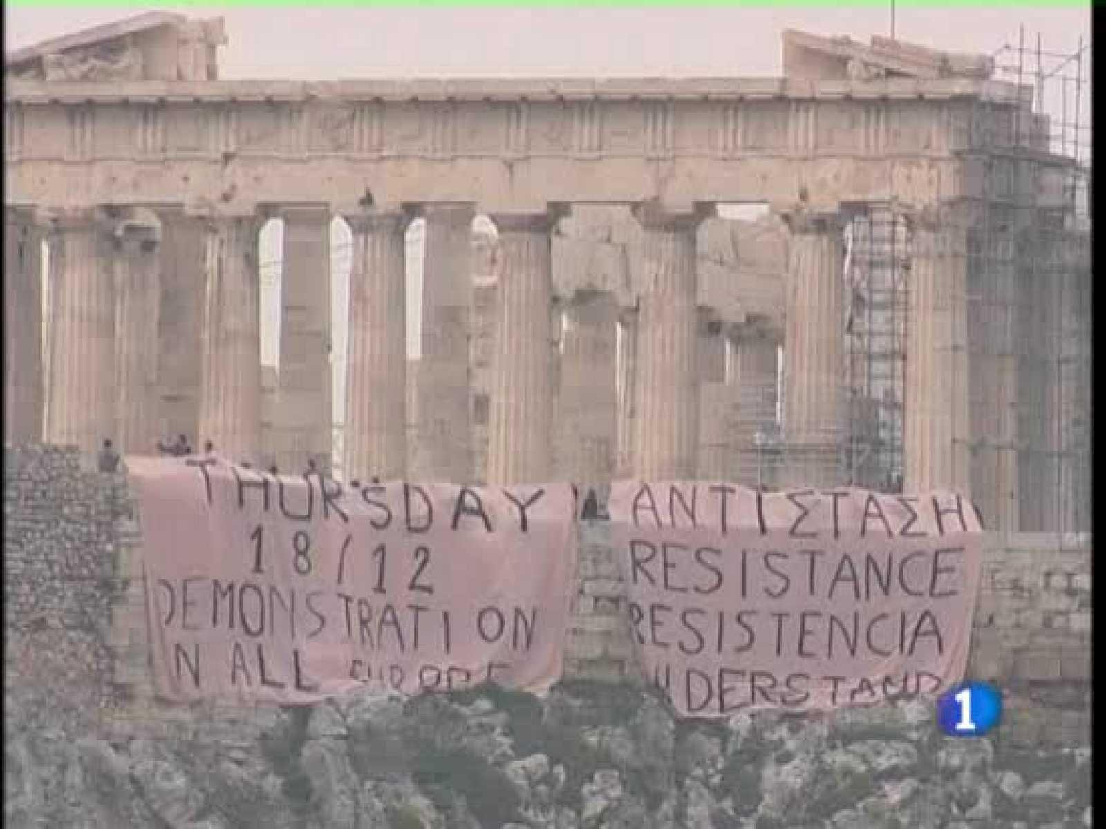 Un grupo de unos 60 jóvenes ha colocado una pancarta gigante en el muro del recinto arqueológico de la Acrópolis de Atenas con el lema de 'Resistencia'