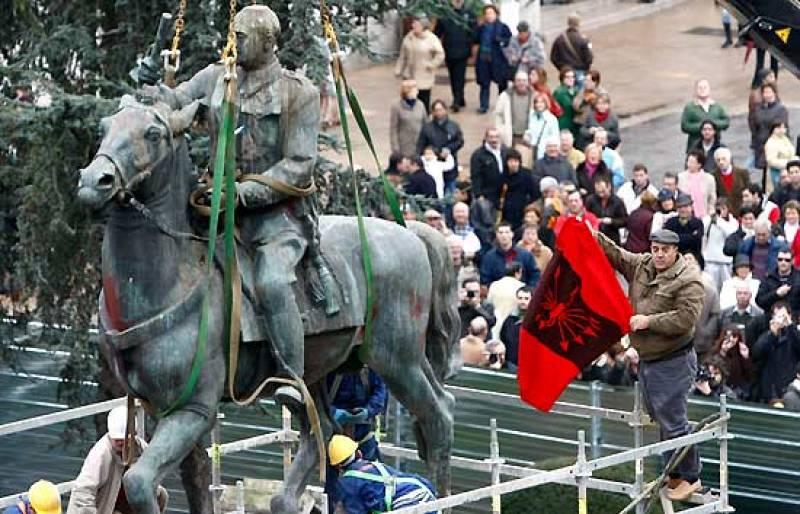 Santander retira la última estatua ecuestre de Franco de la vía pública