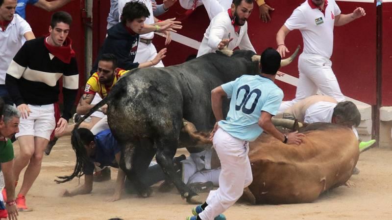 Dos toros se han caído en la entrada de la plaza creando peligro en el último encierro de San Fermín 2016