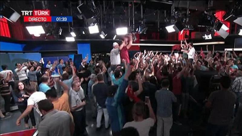 Partidarios del Gobierno celebran en la televisión pública el fracaso del golpe