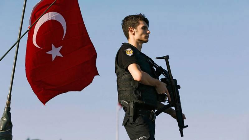 La intentona golpista de Turquía, abortada por el Gobierno de Erdogan después de varias horas de enfrentamientos, se ha saldado con al menos 181 fallecidos (20 de los cuales eran rebeldes), 1.440 personas heridas y 2.839 militares detenidos, según ha