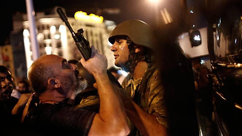 Miles de detenidos en las Fuerzas Armadas y en la justicia de Turquía tras el fallido golpe militar