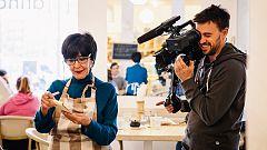 Trabajo Temporal - Concha Velasco atiende a los clientes con una sonrisa