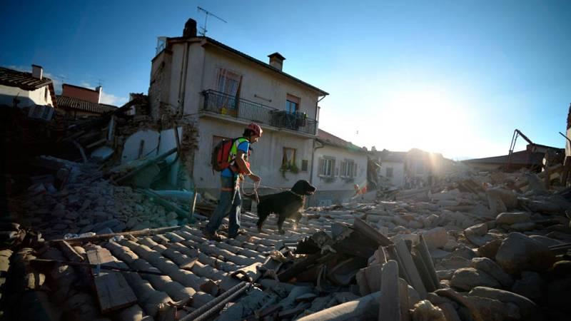 Los equipos de rescate siguen buscando supervivientes tras el terremoto de Italia