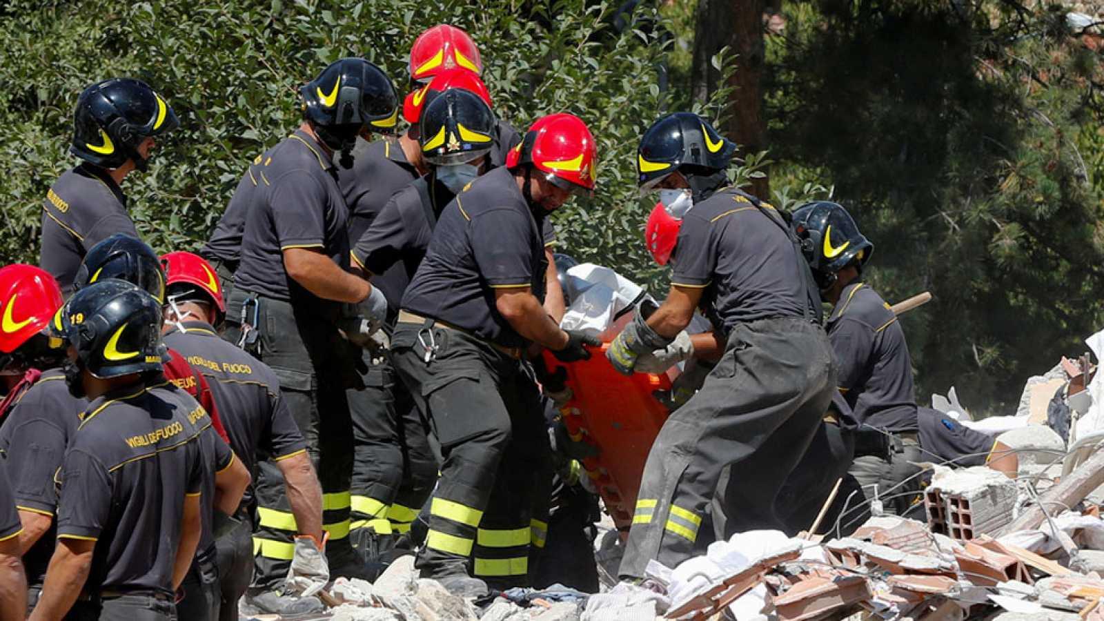 Más de 5.000 policías, bomberos y voluntarios buscan contra reloj a supervivientes del terremoto en Italia