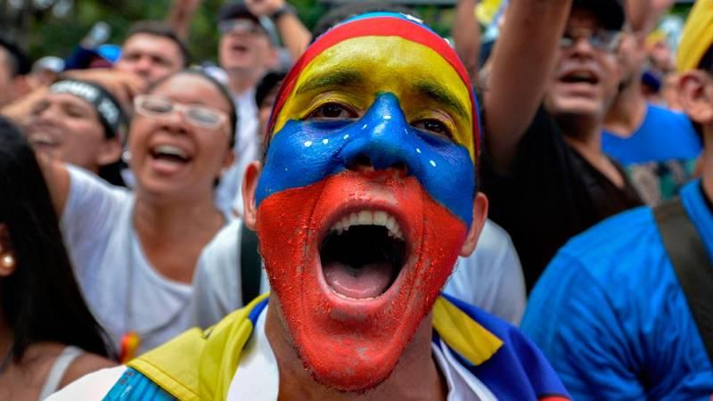 Opositores y chavistas se manifiestan en las calles de Caracas