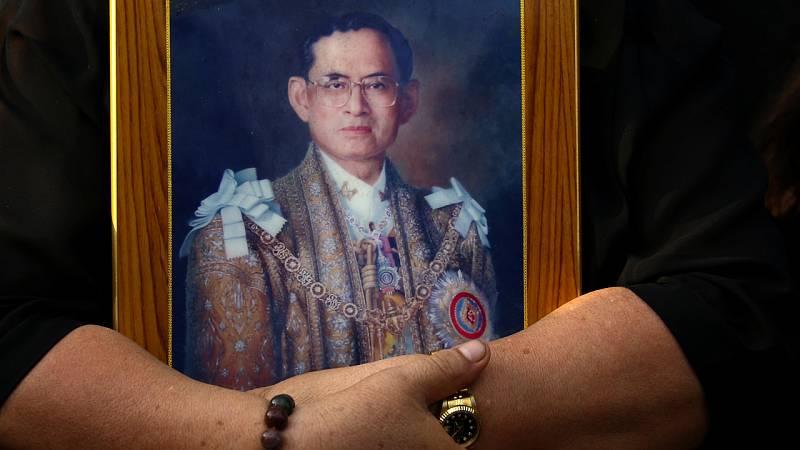 Tailandia despide a su rey más longevo ante la incertidumbre de un heredero débil y un militar en el poder