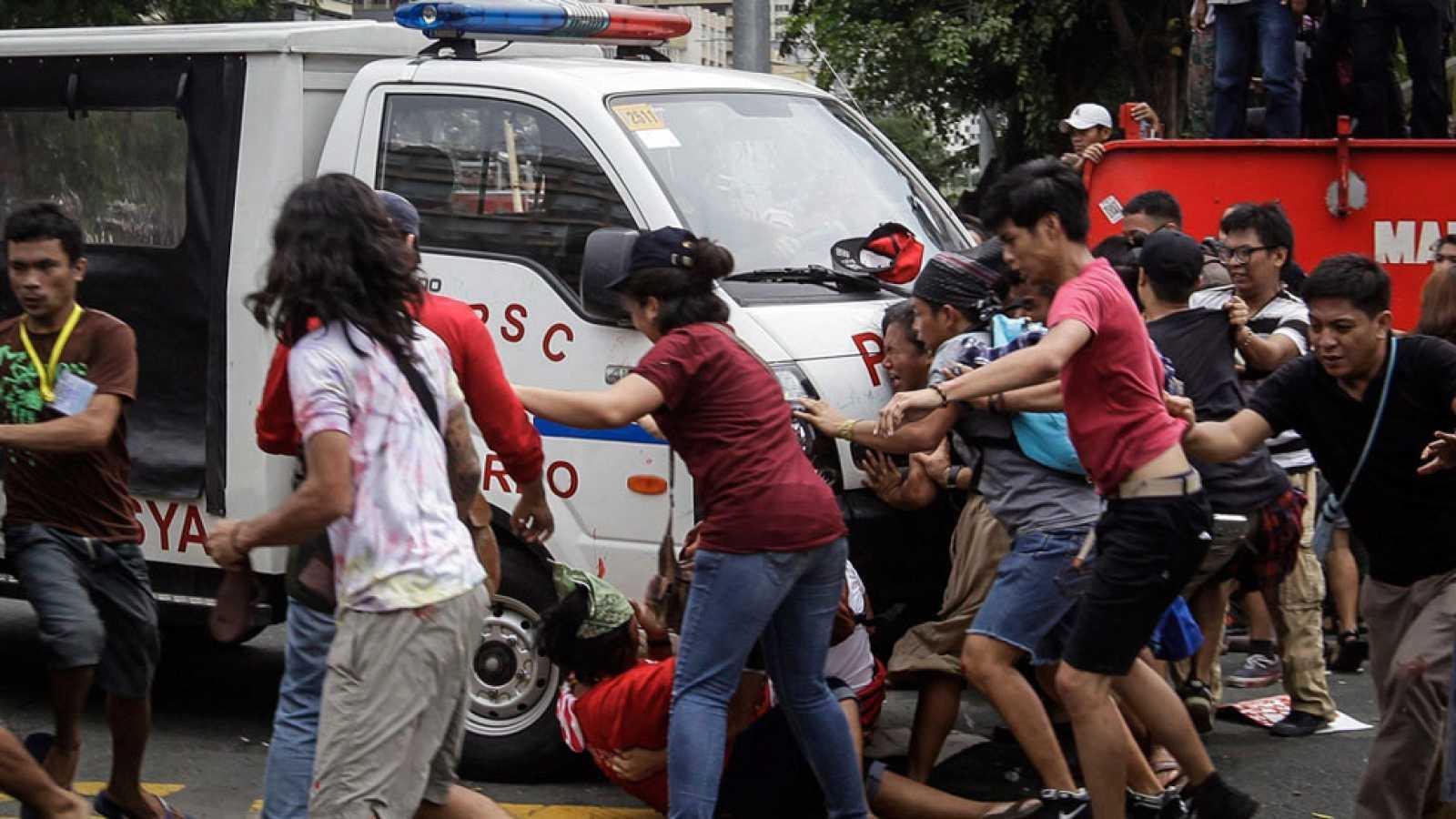 Un coche policial arremete contra decenas de manifestantes ante la embajada de EE.UU. en Filipinas