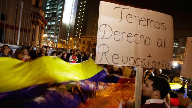 Miles de personas marchan en contra de la suspensión del proceso para un revocatorio presidencial