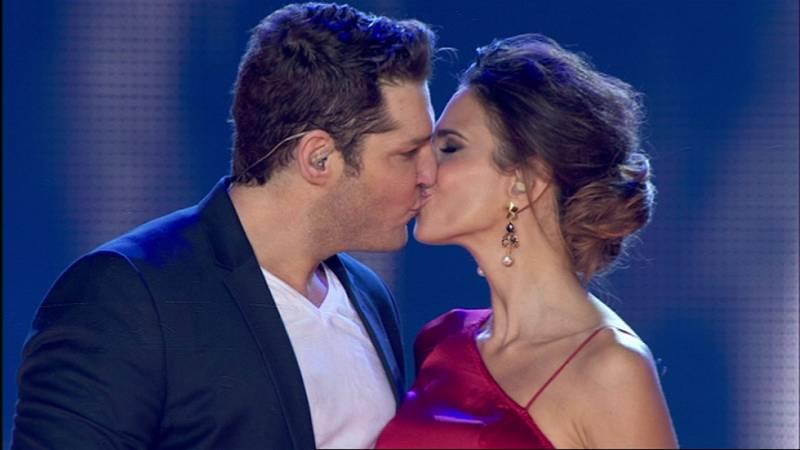 Nuria Fergó y Manu Tenorio cantan 'Noches de Bohemia' en el concierto de OT
