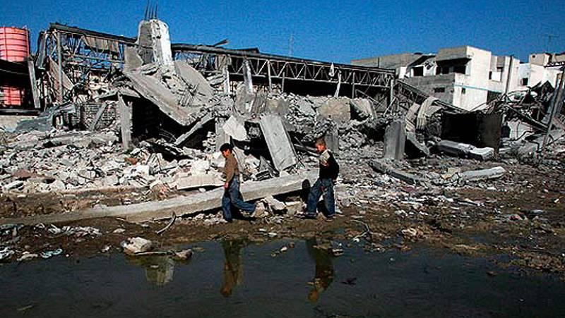 El ejército israelí y la organización integrista Hamás luchan casa por casa y lo pagan los civiles. La guerra es totalmente asimétrica. La cifra de muertos palestinos es casi cien veces mayor que la de los israelíes. (10/01/09).