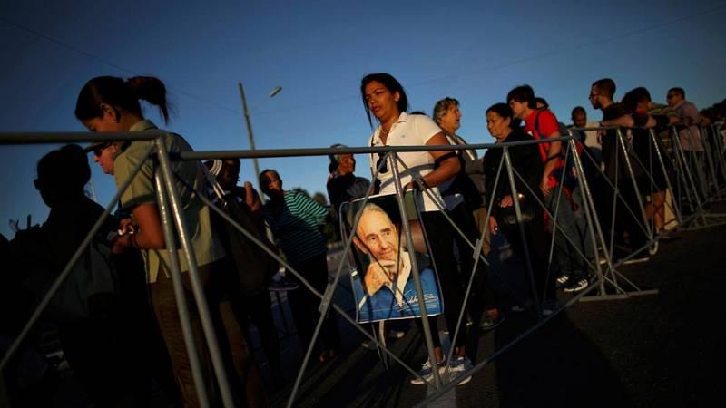 Los cubanos siguen desfilando por la Plaza de la Revolución para expresar su dolor por la muerte de Fidel Castro
