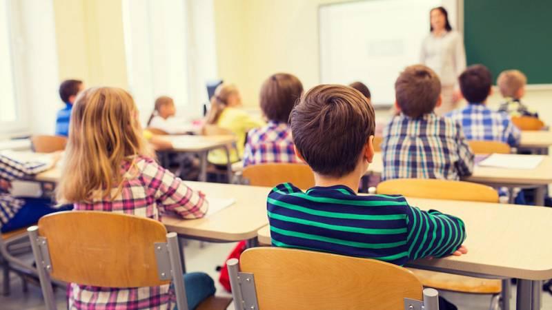 Las primeras reacciones de asociaciones de alumnos, padres y profesores reconocen el avance de la educación española que se refleja en el informe PISA, aunque insisten en que la educación en España necesita mejorar...