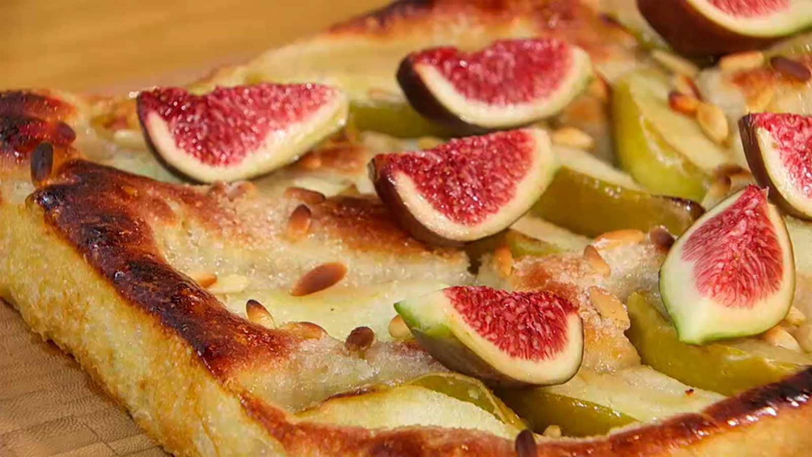 Torres en la cocina - Receta de coca dulce de piñones, manzana e higos