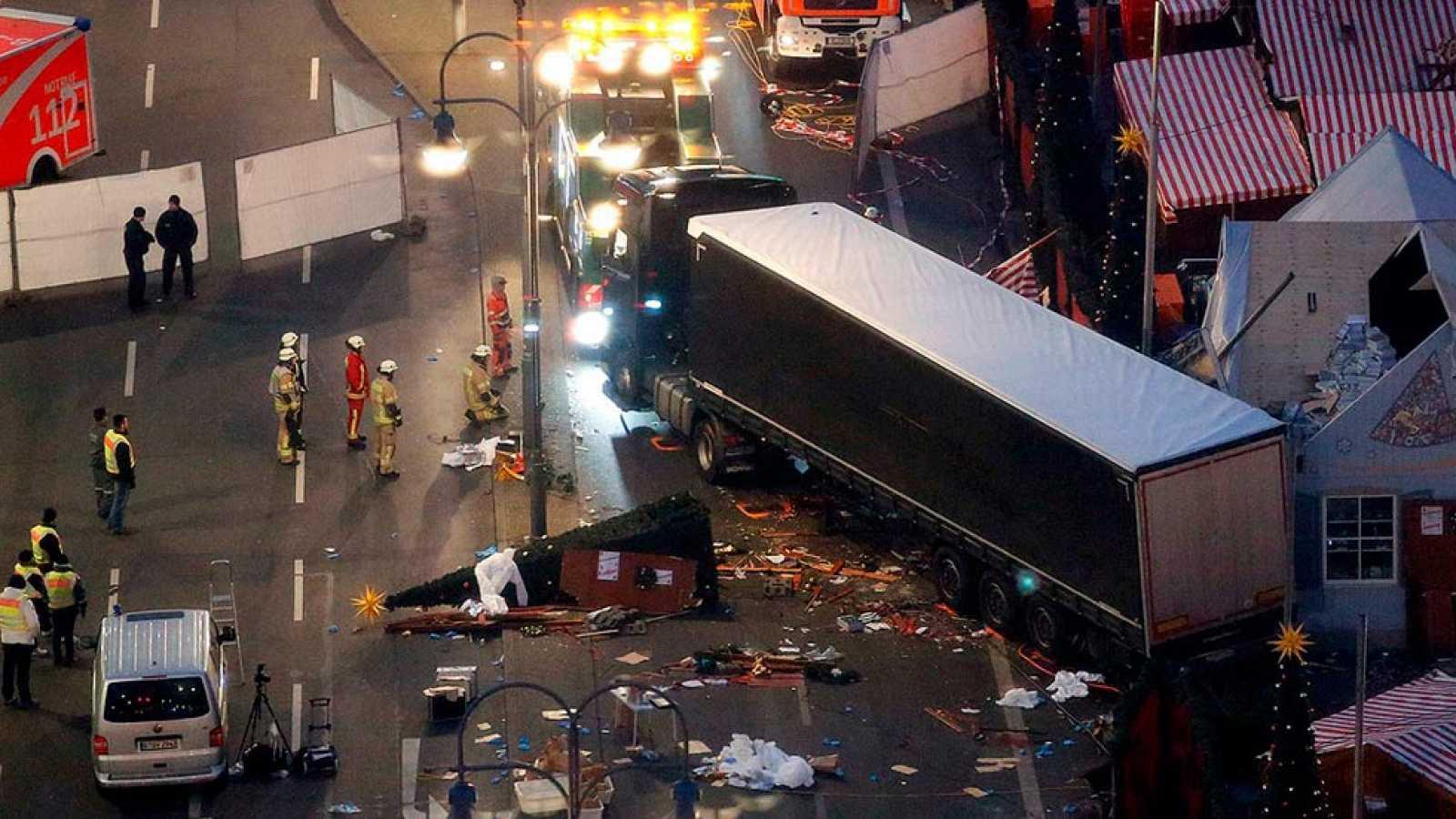 Doce muertos y 48 heridos al ser arrollados por un camión en un mercadillo navideño de Berlín