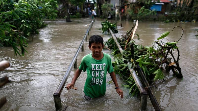 Al menos seis muertos tras el paso del tifón Nock-Ten por Filipinas