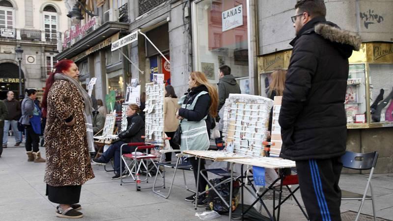 Los que no tuvieron suerte en la lotería de navidad, el próximo viernes tienen otra oportunidad con el Sorteo del Niño que repartirá 630 millones de euros. Madrid es una de las ciudades en las que más décimos se venden de este sorteo.