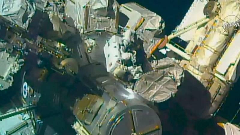 Dos astronautas de la EEI protagonizan el primer paseo espacial de 2017