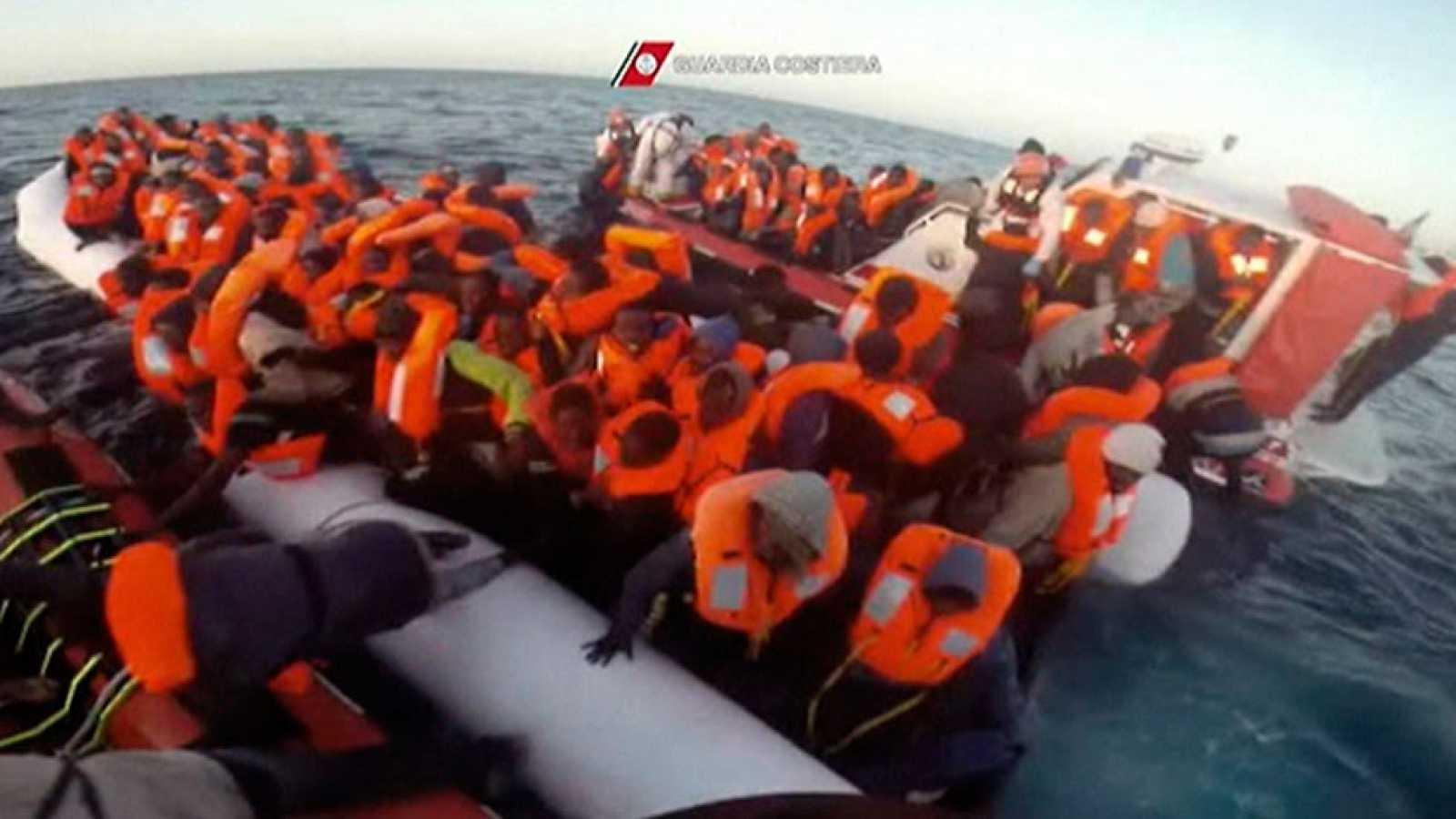 Un barco italiano localiza una lancha neumática abarrotada de subsaharianos a 30 millas de la costa libia