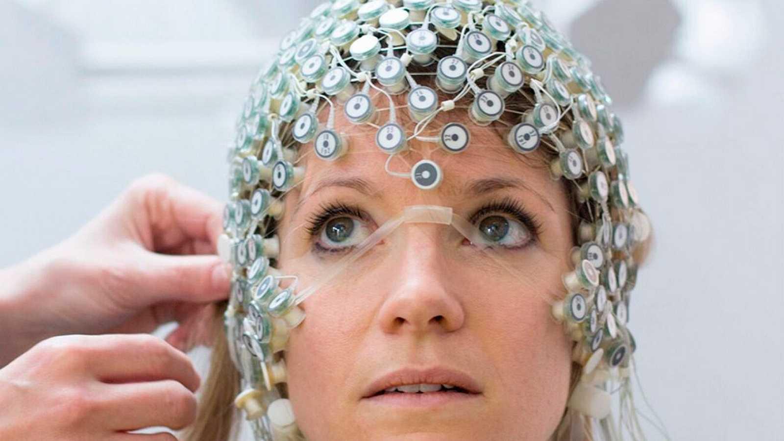 Crean un dispositivo que descifra los pensamientos de personas con parálisis en todos sus músculos