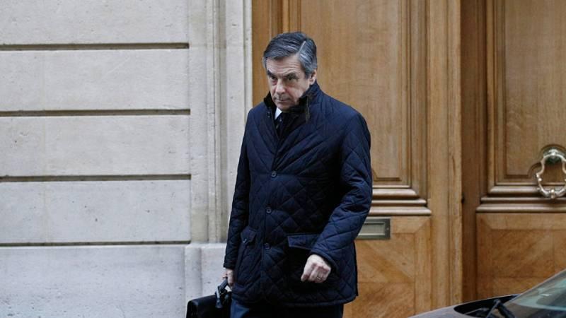 El candidato de la derecha francesa, contra las cuerdas por el escándalo de los trabajos ficticios de su mujer