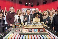 Saber y Ganar celebra los 20 años con pastel de aniversario
