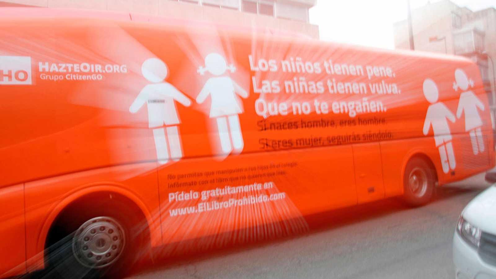 Prohibida la circulación del autobús de 'Hazte Oír'
