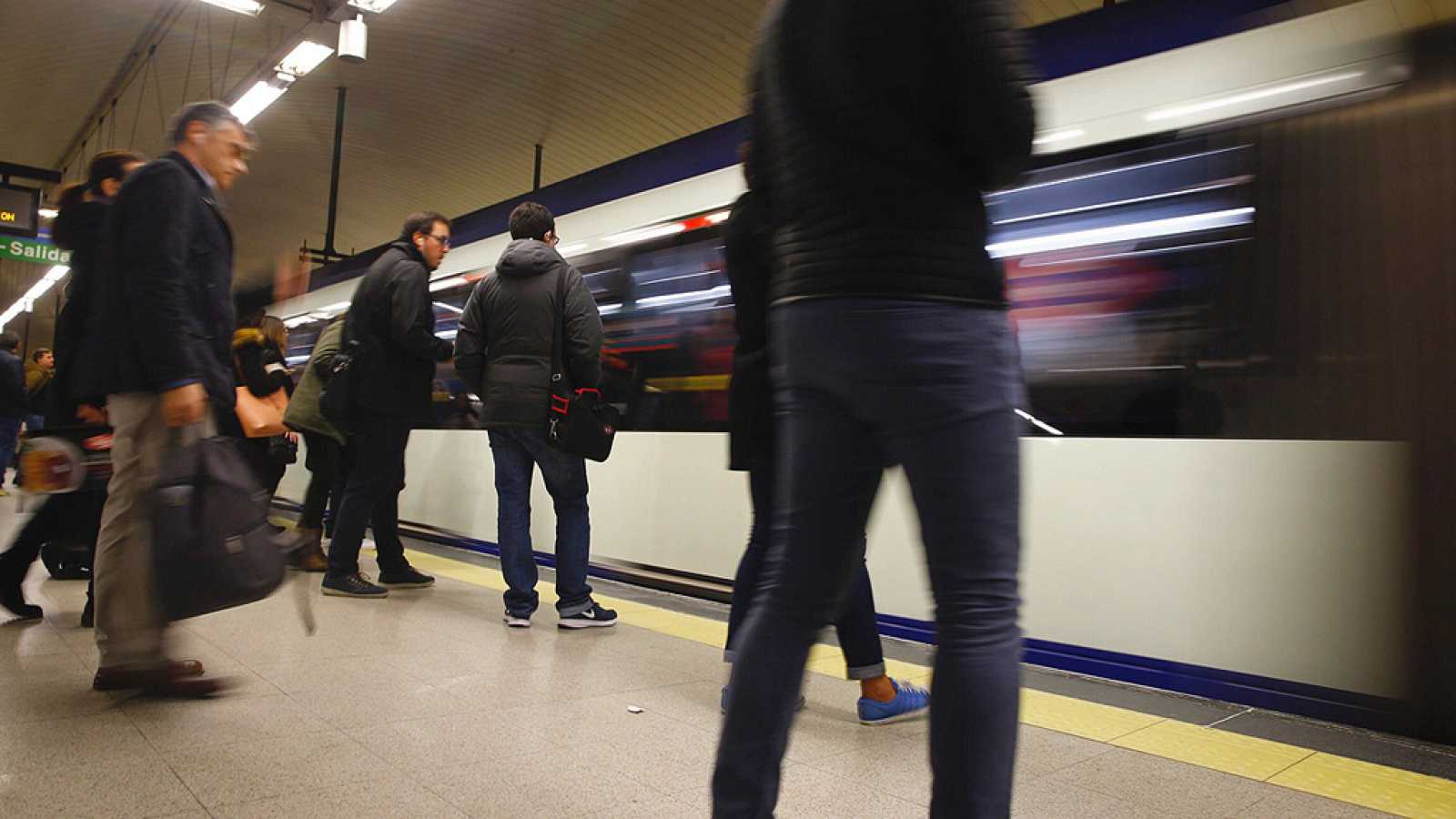 Joaquín Sabina presenta su nuevo disco en una ruta por el Metro de Madrid