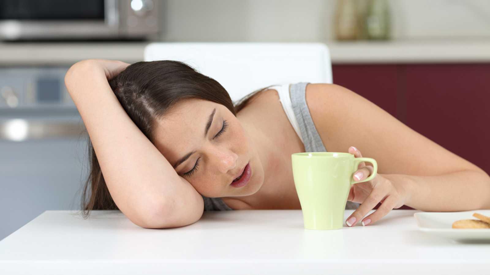 Casi la mitad de la población adulta española tiene dificultades para dormir. Y tres de cada diez sufrirá alguna patología relacionada con el descanso.... En las unidades del sueño monitorizan a los pacientes más graves para estudiarlos.